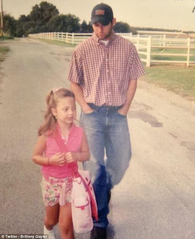 Cô bé Brittany Gayler cùng cha tới trường mẫu giáo trong ngày đầu tiên đi học.