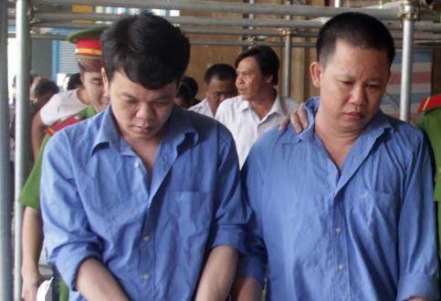 Hai bị cáo tại phiên tòa.