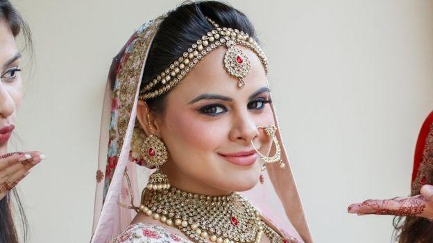 Cô dâu Amisha Bhardwaj, chủ nhân clip gây sốt trên mạng xã hội (Ảnh: BBC)