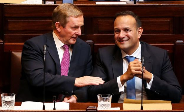 """""""Là người trẻ nhất từng nắm giữ vị trí quan trọng này, tiếng nói của ông Varadkar là đại diện cho thế hệ người Ireland mới, cho quốc gia Ireland hiện đại và đa dạng"""", Thủ tướng tiền nhiệm Enda Kenny nói. Trong ảnh: ông Leo Varadkar và ông Enda Kenny (Ảnh: AFP)"""
