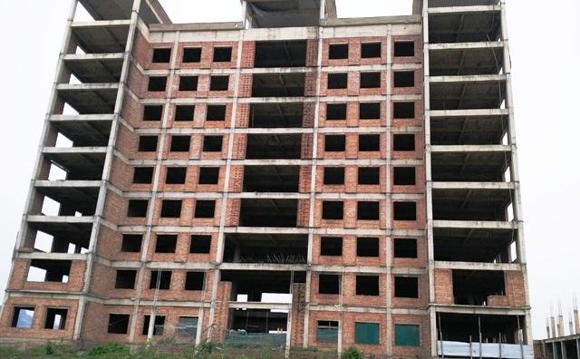 Tòa nhà 10 tầng của dự án xây dựng xong phần thô rồi bỏ mặc nắng mưa hủy hoại
