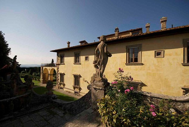 Căn biệt thự mang nét kiến trúc cổ kính nằm ở một vùng đất nổi tiếng xinh đẹp của nước Ý.