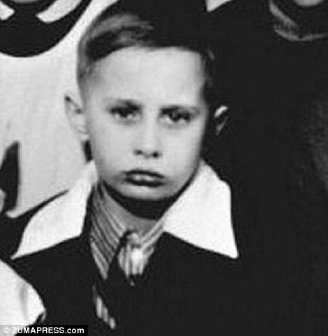 Ông Vladimir Putin sinh vào năm 1952 tại thành phố Leningrad (hiện là Saint Petersburg) trong một gia đình nghèo khi thành phố đang trong quá trình tái thiết sau Thế chiến 2. Trong ảnh: Ông Putin vào năm 1960.