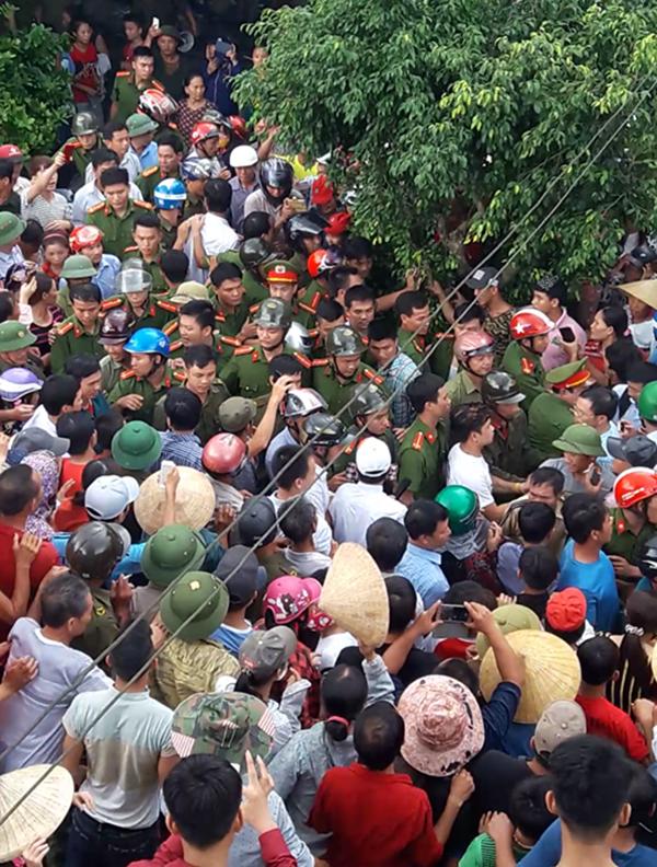 Hàng trăm người dân vây người phụ nữ nghi bắt cóc trẻ em.