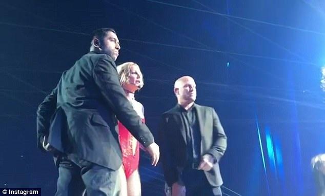 Khi một người đàn ông chạy lên sân khấu nhảy múa mất kiểm soát, Britney Spears đã rất sợ hãi. Ngay lập tức đội ngũ an ninh bảo vệ sự kiện đã chạy tới bảo vệ nữ ca sĩ.