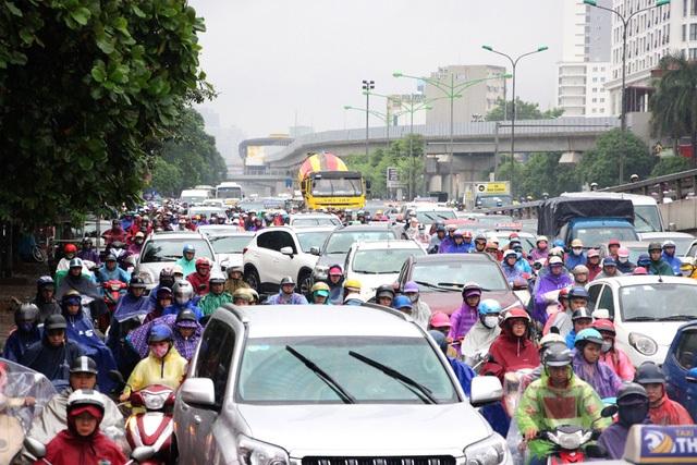 Đường phố Hà Nội ùn tắc nghiêm trọng sau trận mưa lớn kéo dài - 4