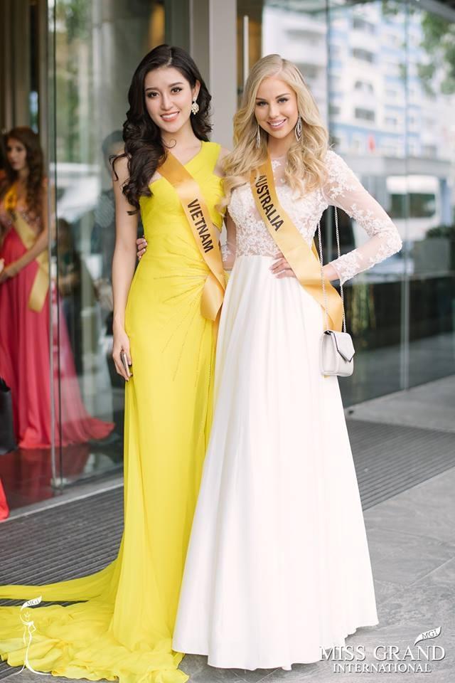 Hoa hậu Hòa bình Việt Nam Huyền My và hoa hậu Australia trước buổi lễ chào mừng