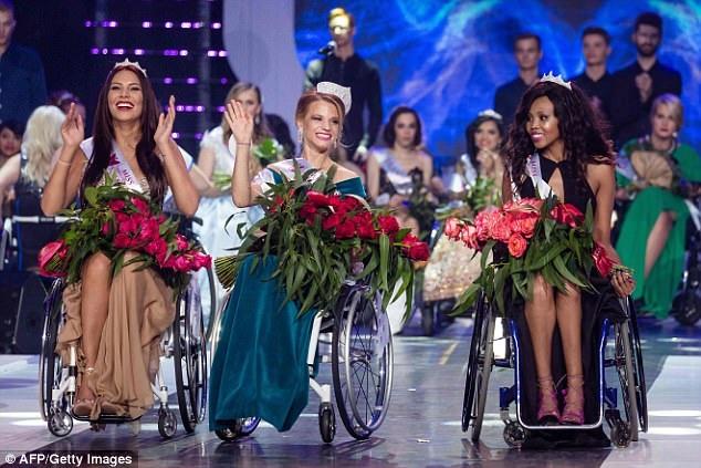 Người đẹp Belasrus - Aleksandra Chichikova (giữa) - đã trở thành Hoa hậu Xe lăn Thế giới đầu tiên. Hai bên là Á hậu 1 - Lebohang Monyatsi (phải) và Á hậu 2 - Adrianna Zawadzinska (trái).