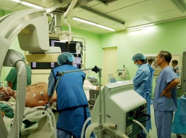 Bệnh nhân Bernard Henneau, khách du lịch Pháp 71 tuổi tại Phòng Tim mạch can thiệp
