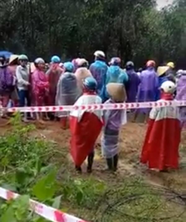 Nhiều ngày qua, hàng trăm người dân xã Ân Tường Đông (huyện Hoài Ân, Bình Định) tập trung phản đối không cho xây dựng bãi rác tạm vì lo sợ gây ô nhiễm môi trường.