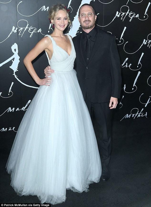 Đạo diễn nổi tiếng Darren Aronofsky và nữ diễn viên Jennifer Lawrence đã chia tay nhau sau 1 năm hò hẹn