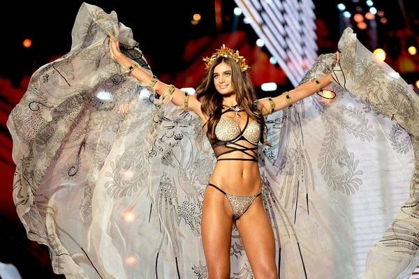 Taylor Hill sinh năm 1996, cao 1,78m là thiên thần nội y trẻ nhất của hãng Victorias Secret
