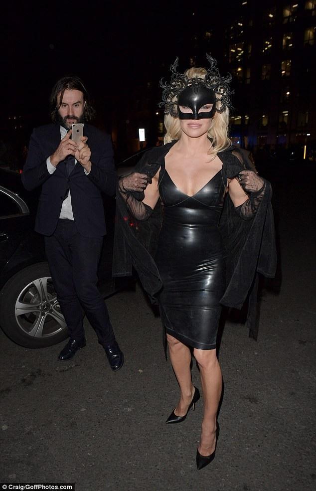 Pamela Anderson bốc lửa dự sự kiện tại London ngày 5/12 vừa qua