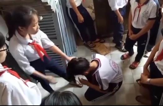 Nữ sinh lớp 9 túm tóc một nữ sinh lớp 7 và liên tục đánh vào đầu (ảnh chụp từ clip)
