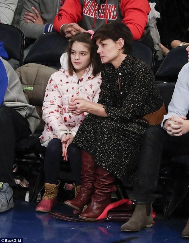Katie Holmes và con gái Suri Cruise, 11 tuổi đi xem 1 trận đấu bóng rổ ở New York ngày 17/12 vừa qua