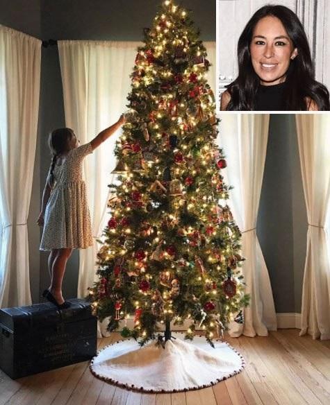Joanna Gaines chia sẻ hình ảnh con gái yêu bên cây thông Noel