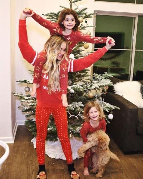 Amanda Stanton và các con bên cây thông xinh xắn trong nhà