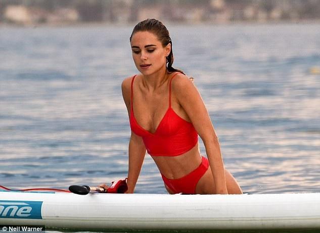 Chân dài 26 tuổi hút mọi ánh nhìn khi diện bộ áo tắm màu đỏ sải bước trên bãi biển