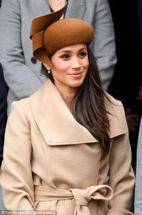 Người đẹp 36 tuổi diện bộ trang phục thanh lịch, tinh tế.