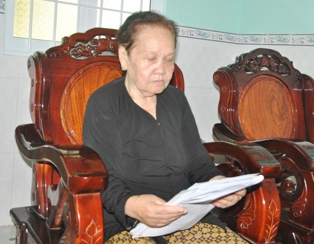 Nữ thương binh Lê Hồng Xuân với xấp hồ sơ dày cộm đã 30 năm vẫn chưa đòi được chế độ chính sách cho mình.
