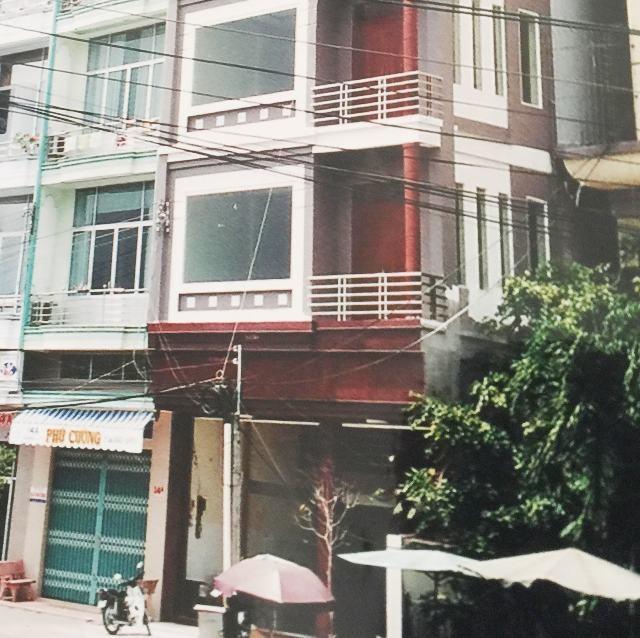 Vợ chồng ông Phong - bà Hiền cho rằng, chỉ thế chấp căn nhà 5 tầng và chỉ 1 căn, nhưng hồ sơ thể hiện 8 tầng, 2 căn liền kề là không đúng sự thật.