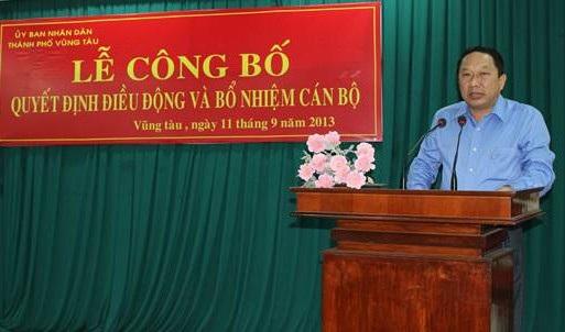 Nguyên Chủ tịch UBND TP Vũng Tàu Phan Hòa Bình chuẩn bị hầu tòa (ảnh: Nguyễn Nam).