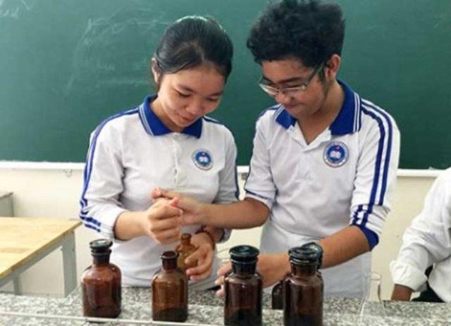Hai em Hưng và Nhi đang chế tạo chất đuổi muỗi