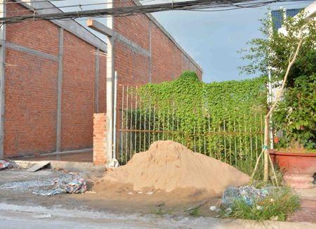 Hiện trạng hàng rào của gia đình ông Giang Văn Trọng.