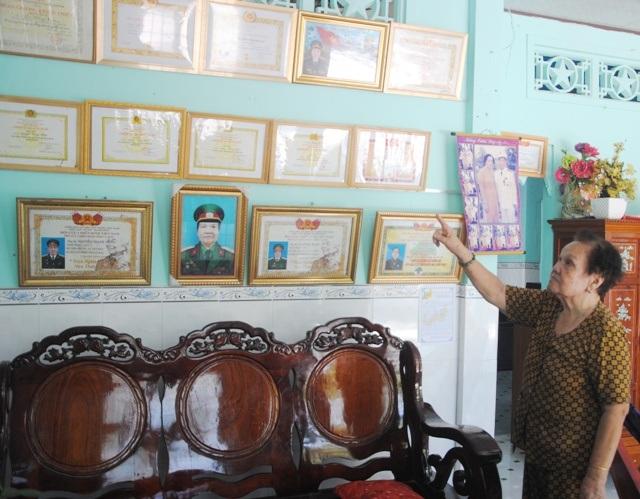 Nữ thương binh Lê Hồng Xuân bức xúc khi gia đình bà là gia đình cách mạng, luôn thực hiện tốt chủ trương của Đảng, Nhà nước nhưng lại không được xét công nhận gia đình văn hóa vào năm 2016, mặc dù trước đó gia đình đã nhiều lần nhận danh hiệu này.