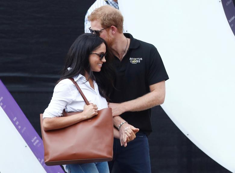 """Hoàng tử Anh Harry và bạn gái Meghan Markle tới xem một trận đấu thuộc giải quần vợt mang tên """"Invictus Games"""" tại thành phố Toronto, Canada ngày 25/9. Đây là lần đầu tiên hoàng tử nước Anh công khai xuất hiện và nắm tay bạn gái trước công chúng."""
