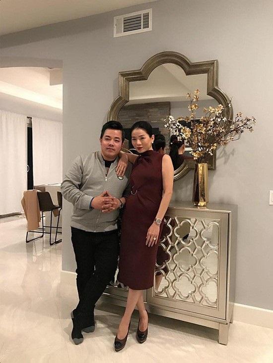 """Trên trang cá nhân, Quang Lê đăng ảnh cùng Lệ Quyên kèm theo trạng thái: """"Chúc mừng bạn tôi và căn nhà mộng ước của bạn tôi""""."""