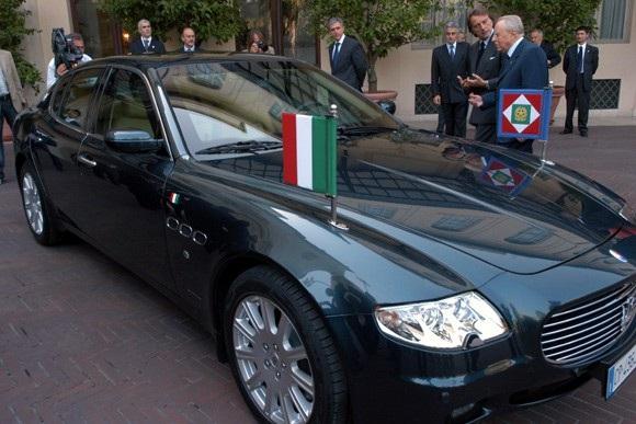 Tổng thống thứ 10 của Ý - Carlo Azeglio Ciampi bên chiếc Quattroporte