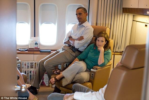 """Chia sẻ với The Times, bà Alyssa Mastromonaco, cựu phó chánh văn phòng Nhà Trắng kể về câu chuyện mình đã bị ông Obama """"dọa"""" khi ông phát hiện ra nhân viên của Thượng nghị sĩ Tom Harkin đang chú ý đến bà. Trong cuốn sách bà Mastromonaco viết mang tên """"Who Thought This Was a Good Idea"""" về thời gian làm việc với ông Obama, bà kể lại rằng cựu tổng thống có lần nói: """"Nhìn kìa, anh ấy hoàn toàn thích cô đó. Nếu cô không gửi thư điện tử cho anh ta, tôi sẽ gửi đó"""". (Ảnh: Nhà Trắng)"""