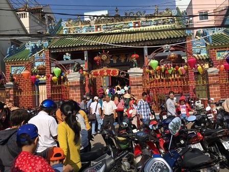 Rất đông người đến lễ chùa ngày mùng 1 Tết