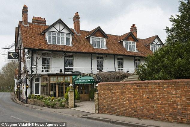 Khách sạn French Horn, nơi cặp vợ chồng nhà Grove tới ở một tháng, vốn cũng là điểm đến thân thuộc của vợ chồng George Clooney kể từ khi họ chuyển tới sống ở làng Sonning, nằm bên bờ sông Thames.
