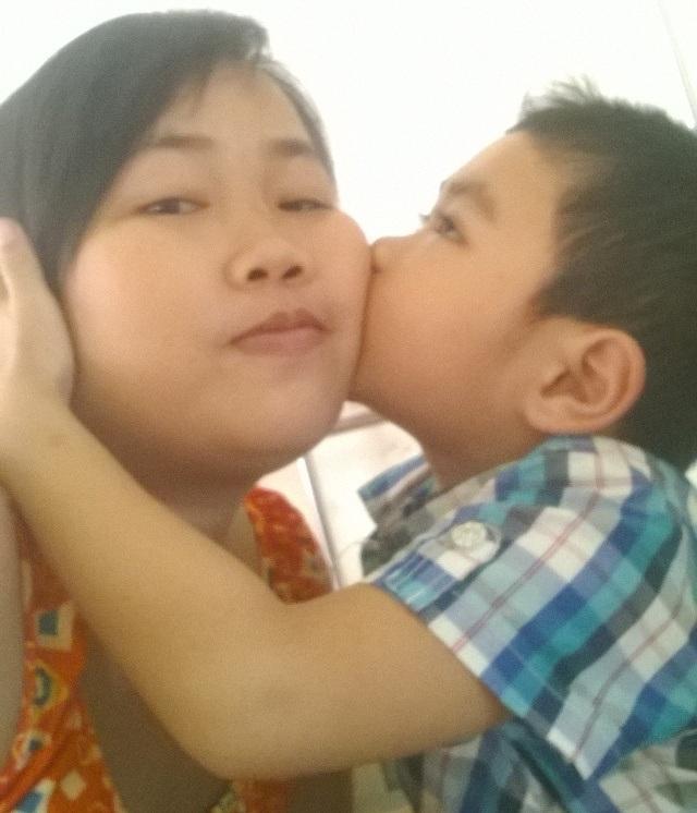 Mẹ con chị Thùy rất hiếm khi có những giây phút tươi vui thế này...