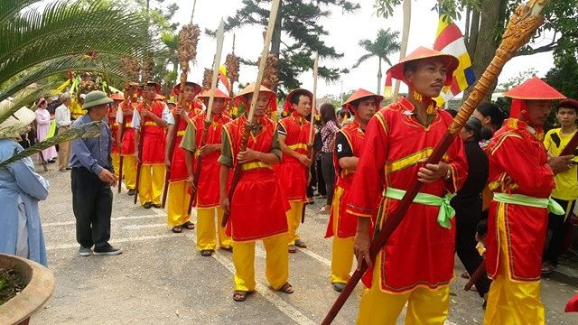 Trong ngày lễ, người dân ở các làng như: Đồng Đắc, Hướng Đạo, Kiến Trung, Kiến Thái, Trì Chính cùng nhau tham dự. Họ tạo thành một đoàn rước dài với nhiều chiếc kiệu và các đoàn tùy tùng khác nhau.