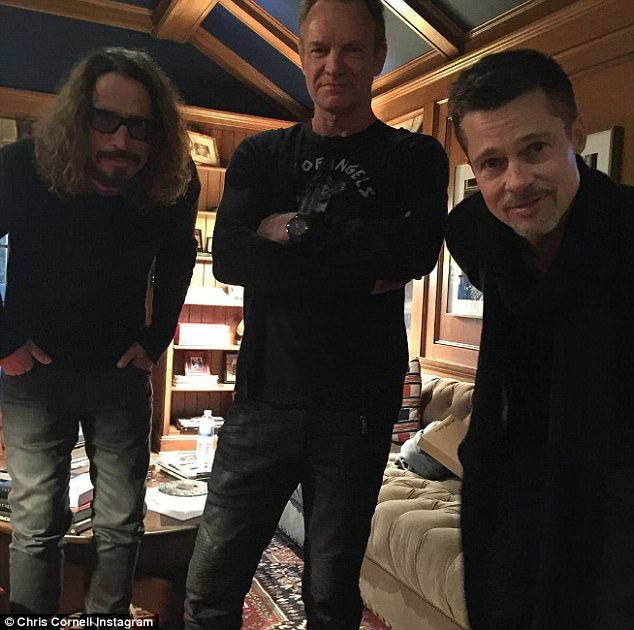 Hồi tháng 1, Chris từng chia sẻ một bức ảnh chụp với nam ca sĩ người Anh Sting và nam tài tử Brad Pitt sau khi họ cùng tham gia một đêm nhạc rock.