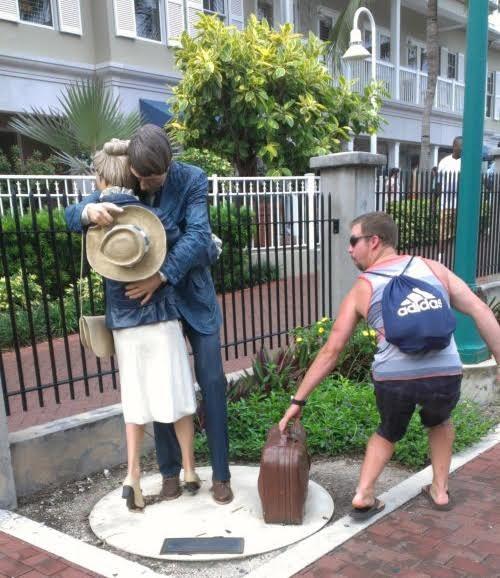 Hai bạn cứ việc tình tứ, còn chiếc vali này hãy để phần tôi.