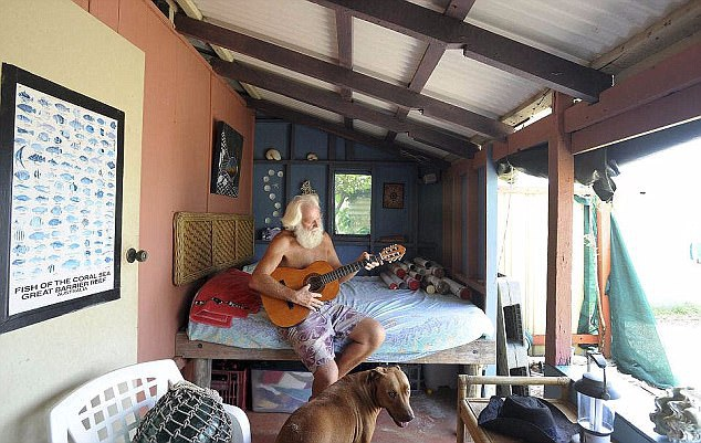 Giờ đây, hàng ngày ông bắt cua và hái dừa để làm bữa ăn. Ngôi nhà nhỏ của ông trên đảo có pin năng lượng mặt trời, giúp ông có điện để sử dụng máy tính và vào mạng. Ông David cảm thấy hài lòng với cuộc sống hiện tại, khi đã có chú chó Quasi làm bạn.