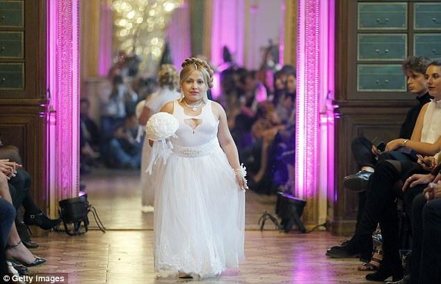 Các người mẫu đều mặc váy trắng theo phong cách cô dâu.