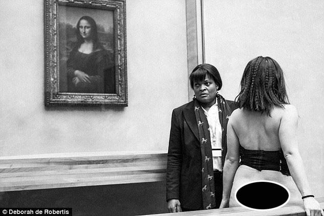 Hiện tại, Deborah (quay lưng) đang trong diện bị quản thúc. Cô sẽ bị ra tòa vào ngày 18/10 vì hành động gây sốc mới nhất tại bảo tàng Louvre.