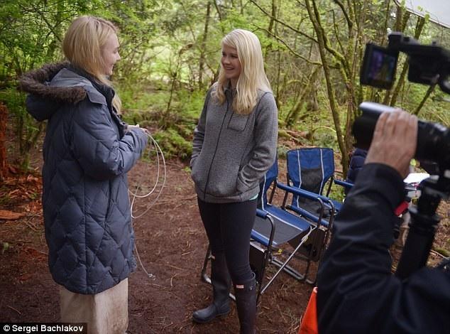 Elizabeth rất ấn tượng với cách làm việc của nữ diễn viên Alana Boden (cả hai người cùng xuất hiện trong ảnh trên) bởi Alana đã tìm hiểu rất kỹ về vai diễn mà cô đảm nhiệm.