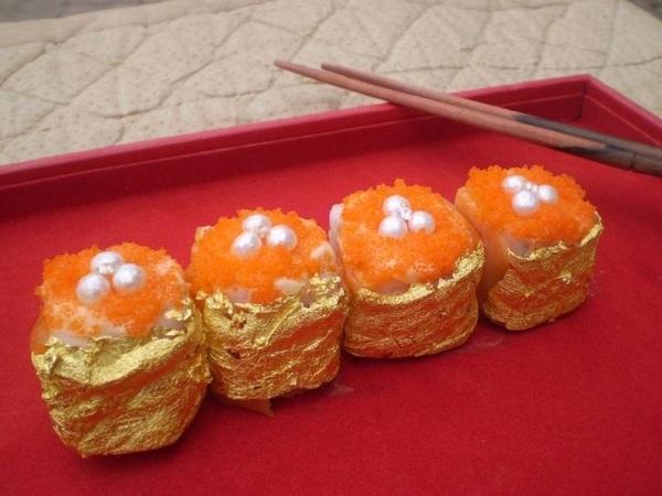 Những miếng sushi dát vàng không được tạo ra tại quê hương Nhật Bản mà là tác phẩm của đầu bếp Philippines Angelito Araneta Jr. 5 miếng sushi với giá 1.800 USD được tạo nên bởi các nguyên liệu dấm balsamic Ý, gạo Nhật Bản, đường Muscovado, cá hồi hồng Na Uy. dưa chuột biển, xoài, cua, nghệ tây hoang dã và bơ mayonnaise. Thứ tạo nên mức giá khủng cho món sushi là các viên ngọc trai Palawan, kim cương VVS 20 karat và bọc trong lá vàng.