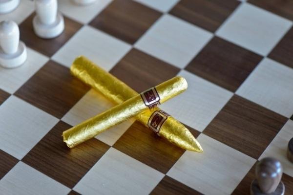 Có giá lên tới 200 USD/điếu, loại xì gà Daniel Marshall xứng đáng là sản phẩm dành cho các thương gia cao cấp. Những quả ngư lôi vàng được đánh bóng bằng tay điêu luyện để tạo nên bề mặt siêu mịn, sau đó được bao phủ tinh tế bằng 24 tấm vàng lá 24 Karat. Khi hút, điếu xì gà sẽ cháy với tốc độ chậm hơn nhiều so với các vật liệu khác, tạo cảm giác hưởng thụ viên mãn.