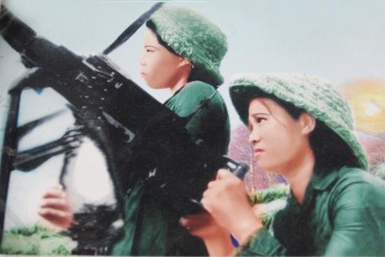 Bức ảnh bà Tưởng Thị Diên (người ngồi) được chụp lúc làm nhiệm vụ tại trận địa