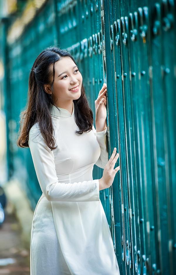 """Cô giáo Hải Yến - giáo viên cũ của Trang Linh nhận xét về em rằng: """"Là dân ngoại ngữ, lẽ ra phải thuộc tuýp hướng ngoại ưa sôi động nhưng em lại có vẻ đẹp rất truyền thống, mong manh, duyên dáng, tinh khôi như Hà Nội lúc chớm thu..."""""""