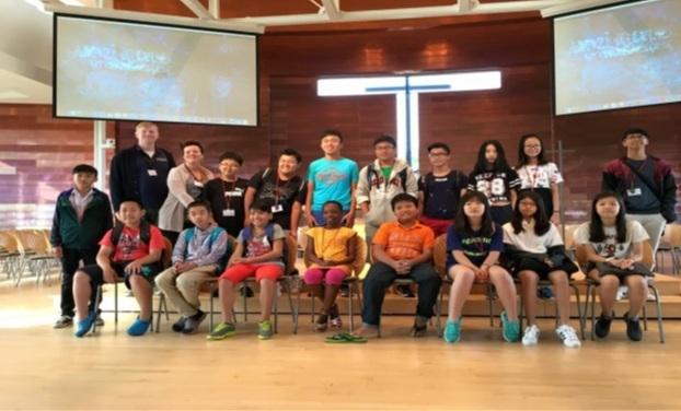 Học sinh Việt Nam cùng với thầy cô và học sinh bản địa