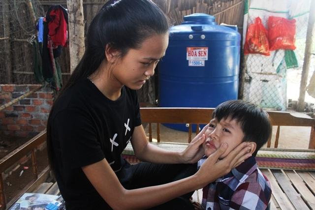 Em Kiều Trinh là chị cả nên vừa là chị, vừa lạ mẹ chăm sóc đứa em nhỏ tuổi nhất