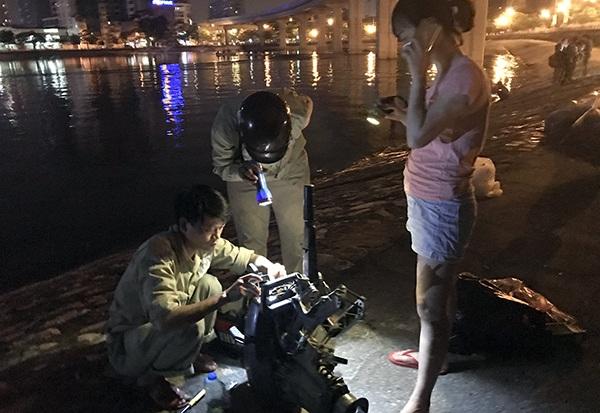 Các thiết bị cấp ô xi cho nguồn nước hồ Hoàng Cầu được huy động tới hiện trường